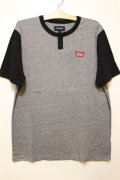 【BRIXTON】STITH S/S HENLEY -Heathergray/Black-
